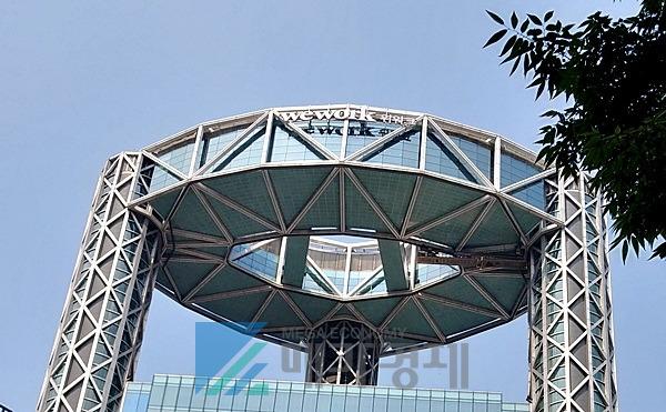 종각역 인근 '종로타워' 맨 위에 세계적인 공유오피스 '위워크(WeWork)'의 간판이 보인다. [사진= 메가경제]