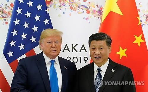 도널드 트럼프 미국 대통령(왼쪽)과 시진핑 중국 국가주석이 주요 20개국(G20) 정상회의가 열리고 있는 일본 오사카에서 양자 정상회담 시작 전 나란히 서서 기념촬영을 하고 있다. [사진= 연합뉴스 자료사진]