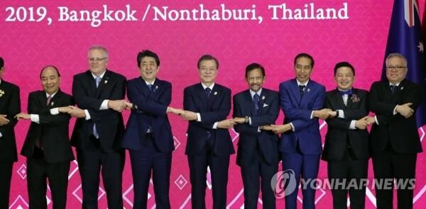 문재인 대통령이 4일 오후 방콕 임팩트 포럼에서 열린 역내포괄적경제동반자협정(RCEP)에서 아베 총리 등 참석 정상들과 손을 맞잡고 기념촬영을 하고 있다. [사진= 연합뉴스]